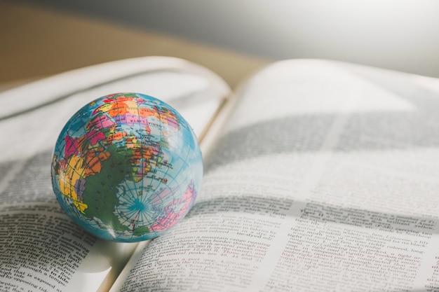 Мировой глобус на книгу. концепция образовательной школы