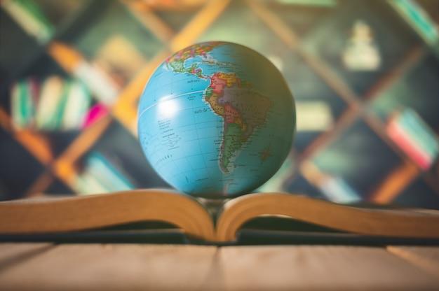 本の上の地球儀。教育学校のコンセプト