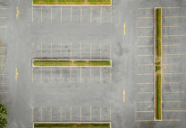 空の駐車場、空撮の上の無人機からの眺め