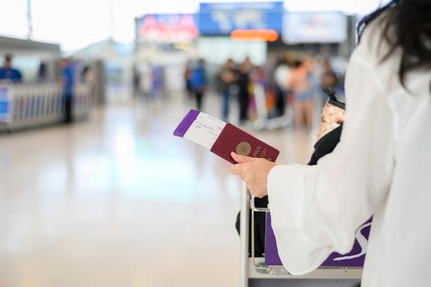 Крупным планом девушки с паспортами и посадочный талон в аэропорту