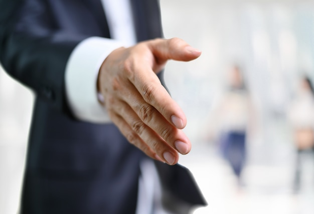 ビジネスの男性開いて手を取り合って、パートナーの手を振って