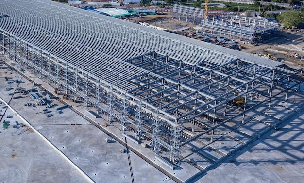 Стальная каркасная конструкция находится в стадии строительства