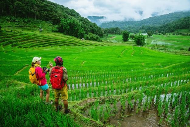 自然の中でアジアのカップル