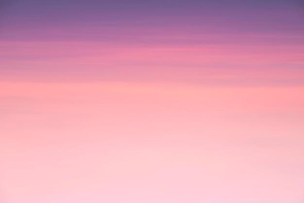 日没の春の背景の空にピンクの雲の美空