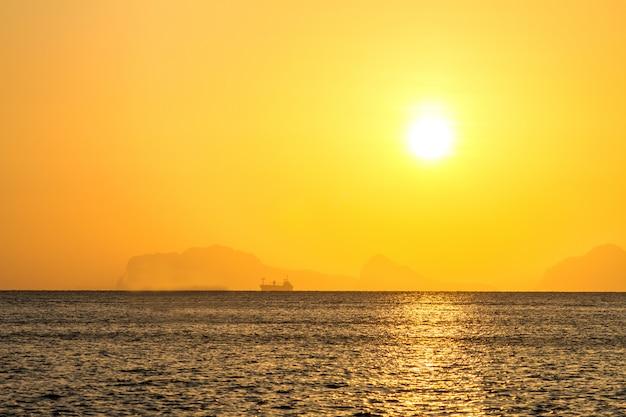 熱帯のビーチの美しい日の出