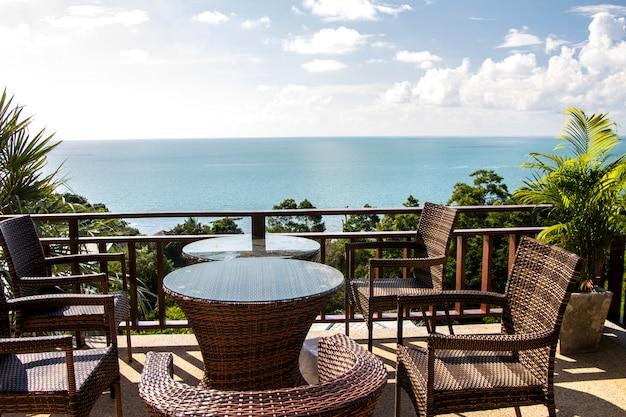 海のそばの椅子付きのテラス