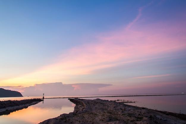 ビーチで夕暮れ時の漁師