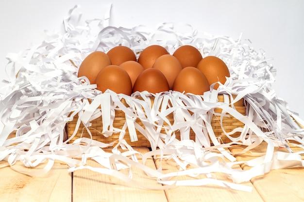 木製のテーブルのバスケットの卵