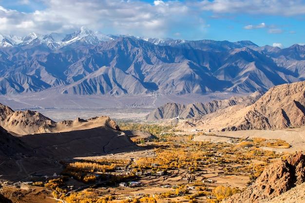 Красивый пейзаж, красочная осень и горы гималаев в лех ладакх, северная часть индии