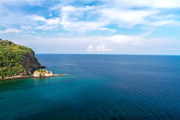 夏、アンダマン海、ランタ島、クラビ、タイの休暇で澄んだ明るい空と穏やかな海と青い空