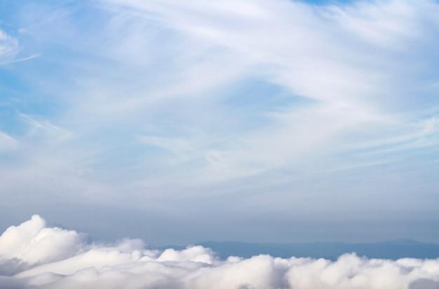 ふわふわの白い雲と青い空