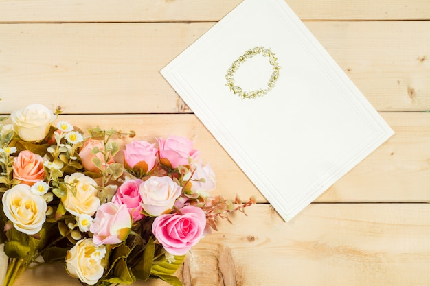 Розы цветы и пустой тег для вашего текста на деревянном фоне