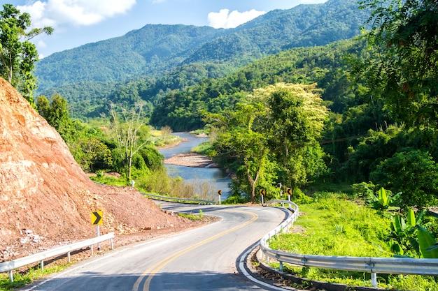 濡れた道路が路側にサインインすると滑りやすい