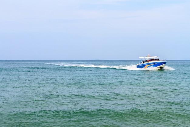 タイの美しい海でスピードボート