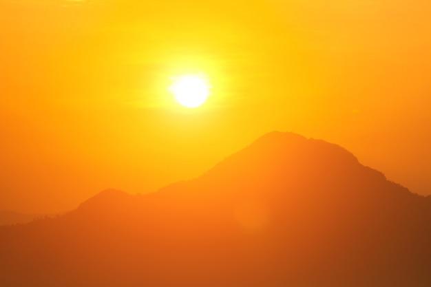 太陽と燃焼による地球温暖化、熱波の暑い太陽、気候変動