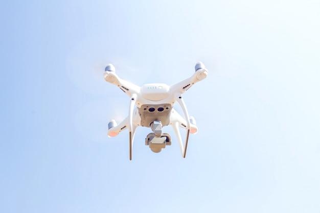 Беспилотный вертолет, летевший с цифровой камерой на небо и солнечный свет
