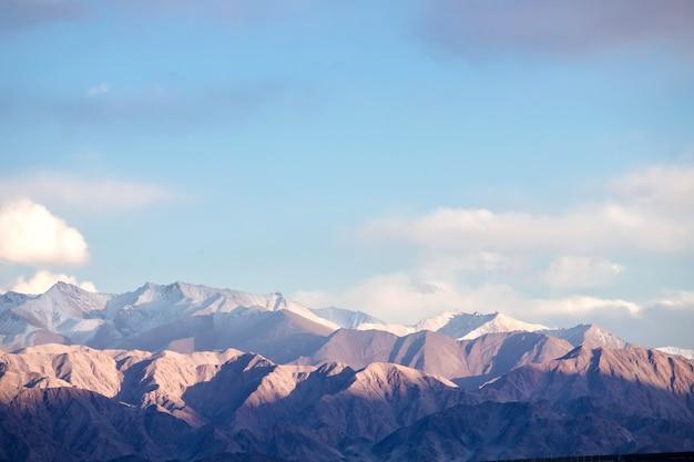 Красивый пейзаж, осенние краски и гималайские горы в октябре лех ладакх, северная часть индии