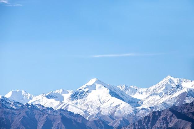 Гималайские горы в октябре лех ладакх, северная часть индии