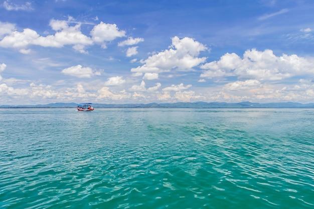 海と青い空のボート