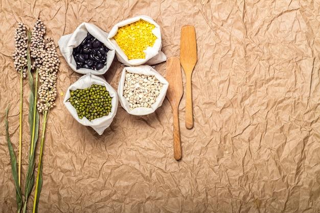 サック、木製ツール、花の豆とレンズ豆の品揃え