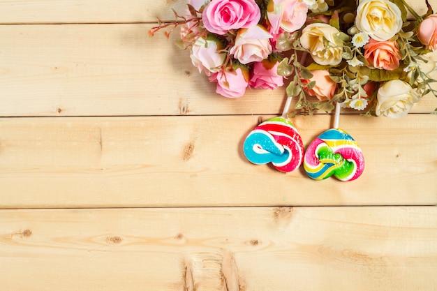 Розы цветы в форме сердца конфеты на деревянном фоне пастельные тона