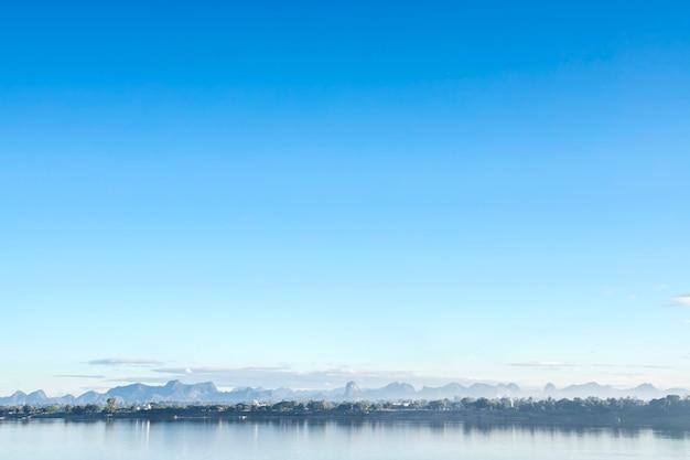 青い海の波表面の抽象的な背景パターン