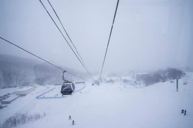 Лыжные трассы зимой и снег в саппоро, хоккайдо, япония