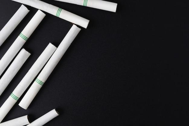 黒の背景にタバコ