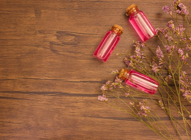 フラワーレア精油、花の抽出物と木製の背景にコピースペース