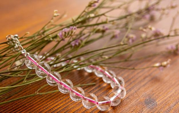 Кристалл кварцевый браслет закрыть и цветы