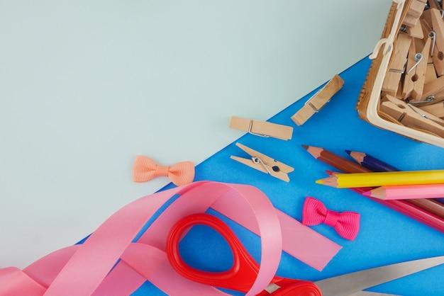フラットレイクラフトツール、文房具、青色の背景にコピースペース