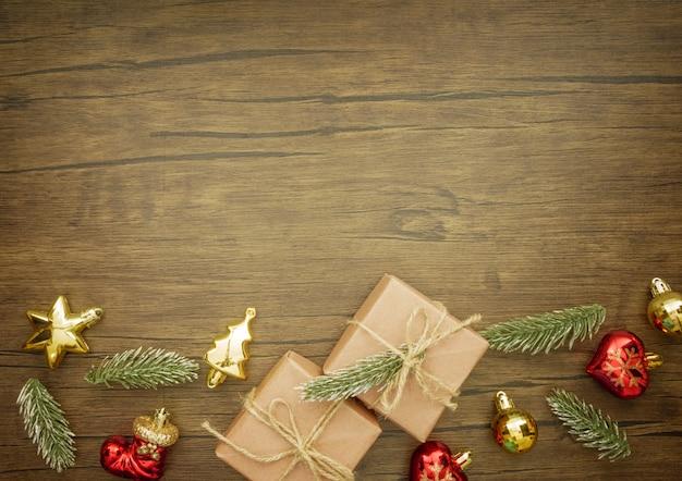 クリスマスの装飾品と木製の背景にクリスマスプレゼント