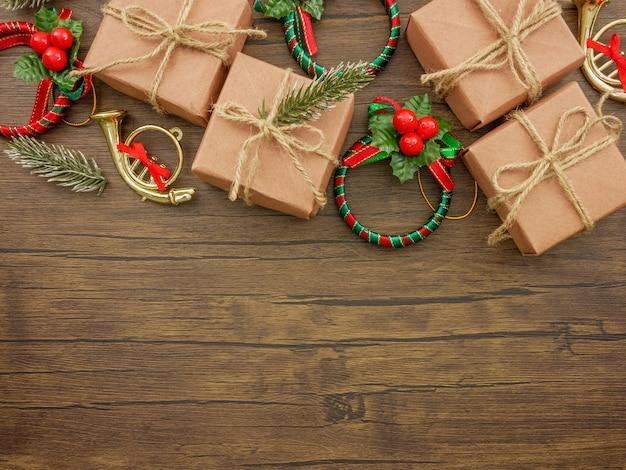 フラットレイ、トップビュークリスマスの飾り、木製の背景にクリスマスの贈り物