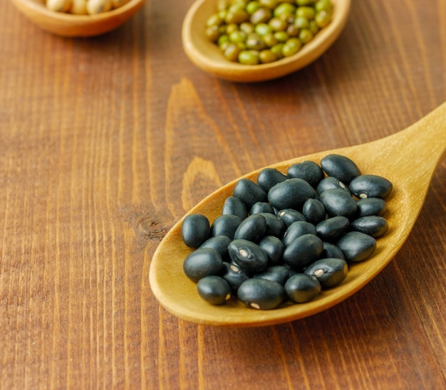 間近で、木のスプーンでマクロ黒豆