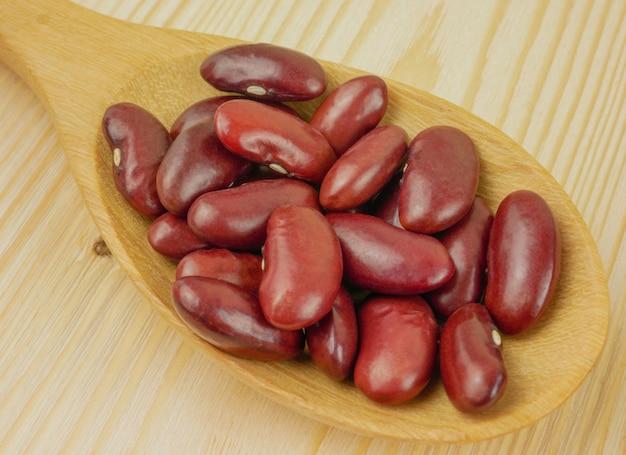 間近で、木のスプーンでマクロ赤豆
