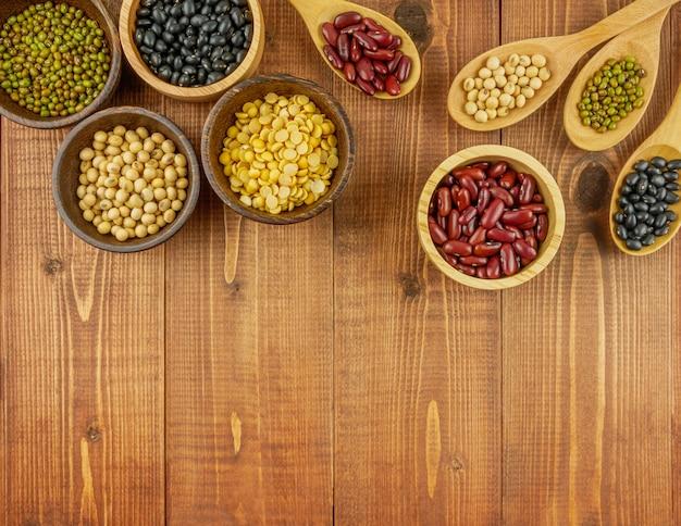 フラット横たわっていた、コピースペース付きの木製テーブルにトップビュー各種豆