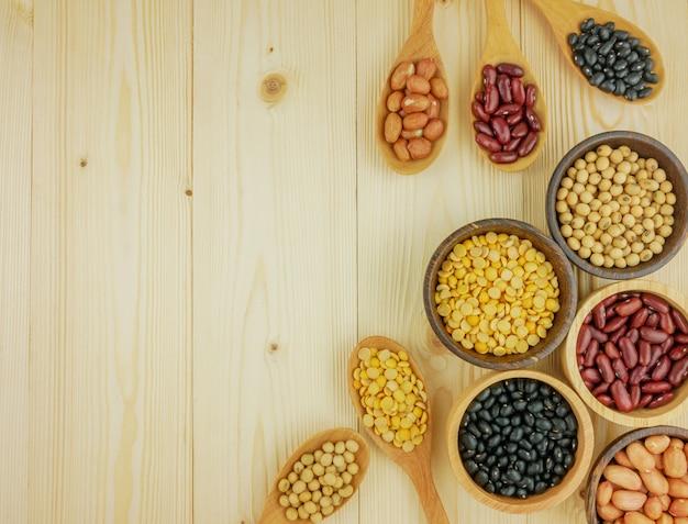 木製のテーブルの上のボウルに豆の盛り合わせ