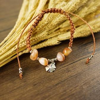Шарм коричневый браслет