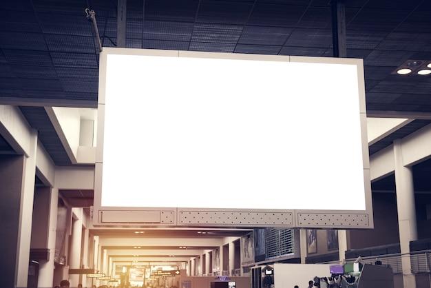 屋内広告掲示板。