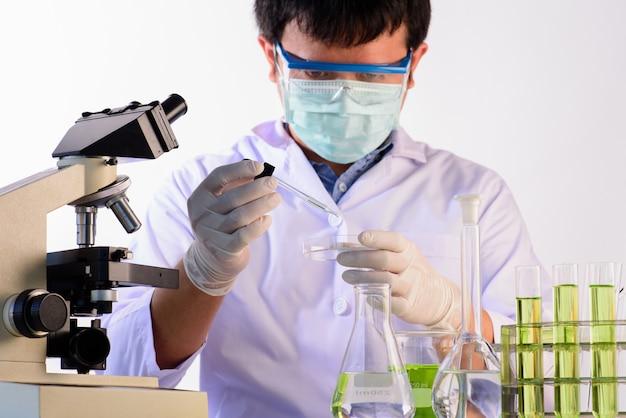 Ученые и научное оборудование в лаборатории концепция лабораторных исследований