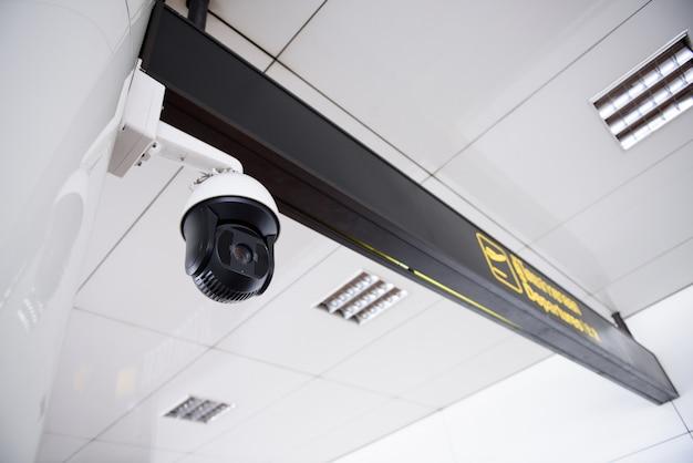 Камера видеонаблюдения висит на крыше
