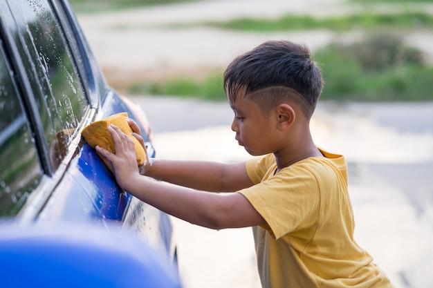 Азиатский малыш мальчик стиральная машина