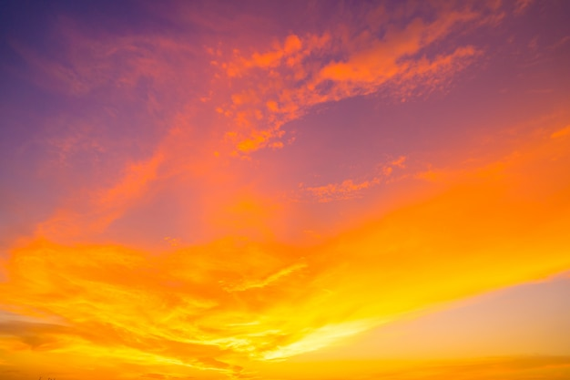Огненный оранжевый закат небо. красивое небо.