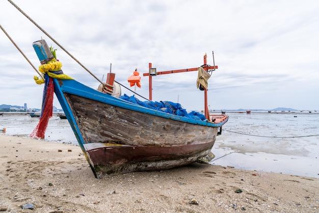 漁船がビーチに停まっています。