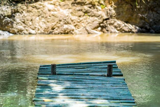 水辺、小川の竹で作られた木製の桟橋