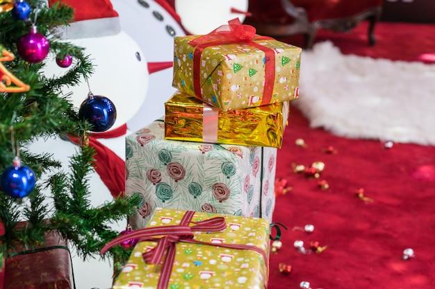 背景をぼかした写真のクリスマスツリーの装飾