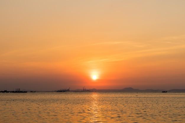 シラチャチョンブリー、タイの夕日と港のシルエット