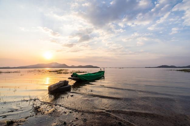 バンプラ貯水池、シラチャチョンブリ、タイで夕日と漁船