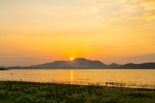 バンプラ貯水池、シラチャチョンブリ、タイのシルエットの夕日