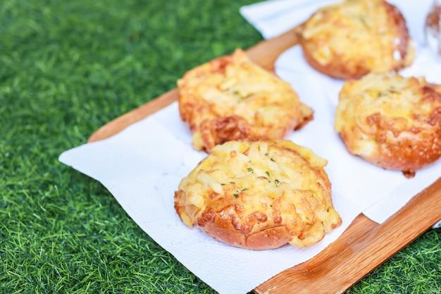 木製プレートと緑の草の上のパン